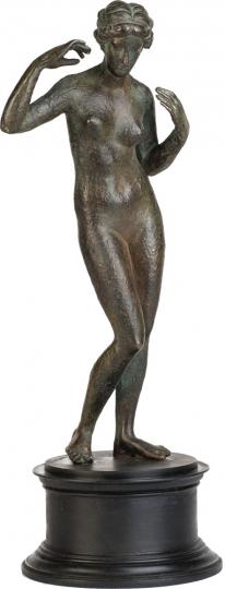 Aphrodite (»Pselionmene«), Schmuck anlegend. Griechenland, um 250 v. Chr.