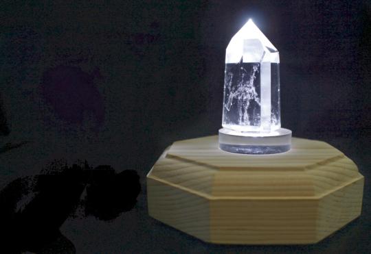 Bergkristall-Spitze mit Beleuchtung.