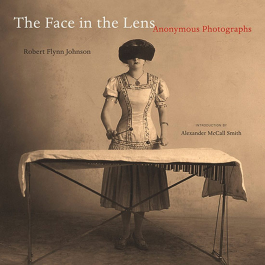 Face in the Lens. Anonyme Fotografien.