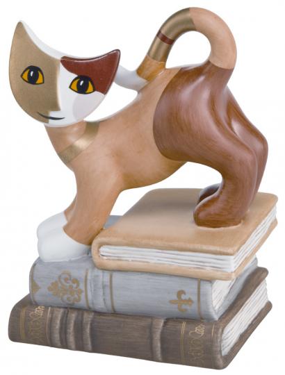 Figur Katze auf Bücherstapel