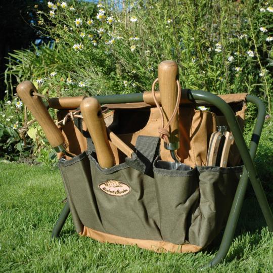 Gartenhocker mit abnehmbarer Gerätetasche.