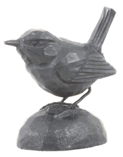 Gusseiserne Skulptur »Zaunkönig«.