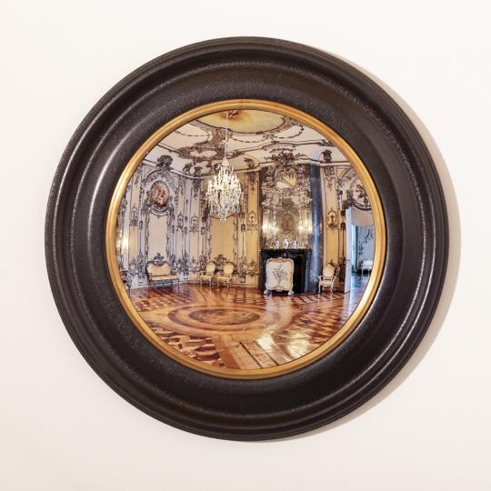 Konvexer Spiegel im Holzrahmen.