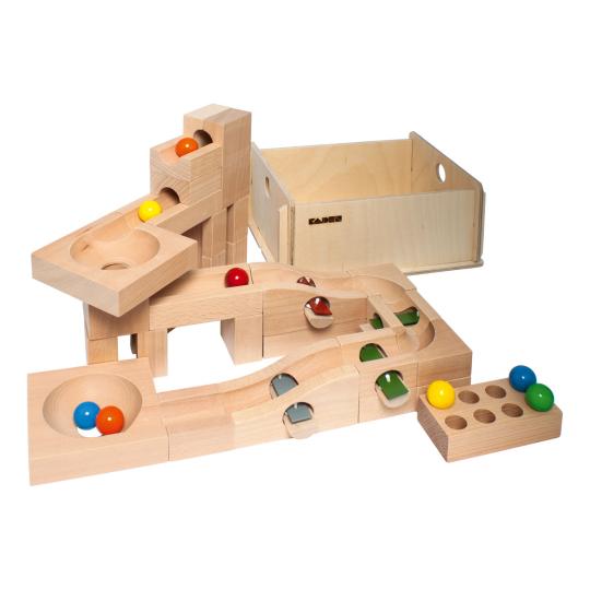 Kugelbahn aus Holz mit Klangplatten.