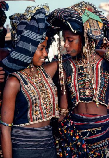 Mädchen der Wodaabe, geschmückt für die Geerewol-Zeremonie, Niger.