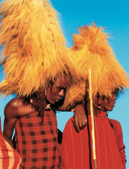 Massai-Krieger mit Löwenmähnen-Kopfschmuck, Kenia.