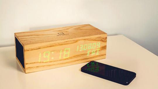Music Click Clock: Holz-Klangkörper mit High-Tech-Kern - Bluetooth Musikanlage und Wecker