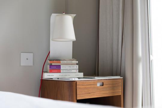 Nachttischlampe mit Buchablage »George Sand«.