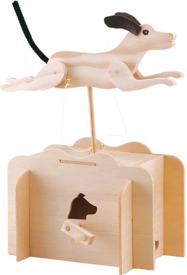 Rennender Hund. Holzkonstruktion.