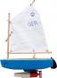 Holzspielschiff. Segelboot »Optimist« mit Motor. Bild 1